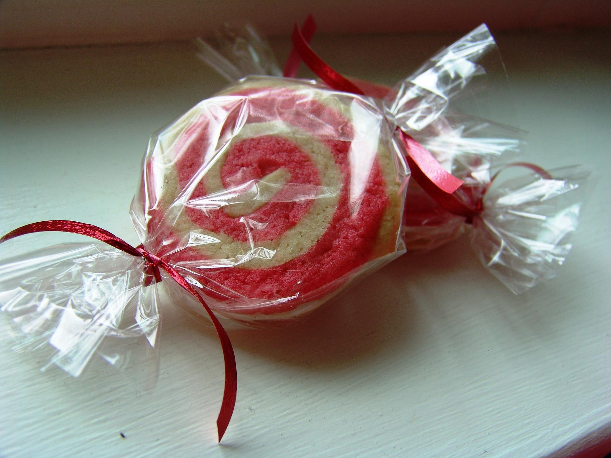 Peppermint Pinwheel Cookies | LOVES TO EAT